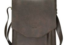 Túi đeo chéo Cema / Túi được thiết kế hộp đứng không bo góc phía miệng túi tạo cảm giác chắc chắn và mạnh mẽ khi mang vào.