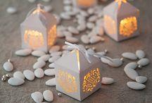 Nos bougies en dentelle LED / La lumière met en valeur les délicats motifs de la dentelle blanche, découvrez toutes nos idées !