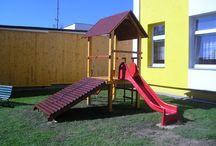 Jednověž universal / Rozměry zařízení: výška 3 m, šířka 4 x 4 m. Min. bezpečnostní prostor: dopadová plocha dle výšky.  Zařízení je určeno pro děti od 3 do 12 let Zařízení je certifikováno dle ČSN EN 1176-1 : 2000