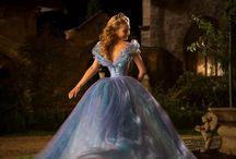 Cendrillon / Cendrillon, le conte intemporel écrit par Charles Perrault en 1697, est de retour au cinéma dès le 25 mars 2015. Grâce au célébrissime film d'animation de Walt Disney, des millions de personnes dans le monde l'ont découvert en 1950 et vous pouvez redécouvrez l'histoire l'année prochaine!  Suivez-nous sur Facebook & Twitter: http://www.facebook.com/WaltDisneyBelgium http://www.twitter.com/WaltDisneyBel