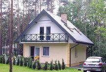 Projekt domu D03 / Projekt domu D03 to budynek jednorodzinny z użytkowym poddaszem. Domek parterowy zaprojektowany z myślą o 3-4 osobowej rodzinie. Mimo niedużej powierzchni dom doskonale spełnia wymagania. Dzięki funkcjonalnemu rozplanowaniu jest bardzo wygodny.