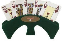 Hulpmiddelen / Handige hulpmiddelen om kaartspelletjes mee te spelen zoals speelkaartenhouders, schudmachines, kaartkleden en nog veel meer.