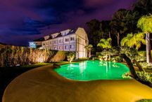 Hoteles con piscinas de arena / Nuestras piscinas de arena no solo son aptas para viviendas familiares. Muchos hoteles, complejos turísiticos y resorts de España y de todo el mundo han confiado en nosotros para crear oasis con encanto para sus clientes.
