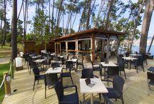 Gassho Sanxenxo Lounge Bar-Café / Gassho Sanxenxo Lounge Bar Café. Un espacio privilegiado al aire libre dentro del parque Punta Bicaño, con unas espectaculares vistas al mar y a la playa de Silgar. Disfrute de un ambiente natural y acogedor, un lugar para charlar, disfrutar y degustar deléitese con un gran café Nespresso, con nuestro gran atardecer o de noche tomando un cóctel al lado del mar.   www.gassho.es