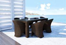 Rapallo Royal / Stoly RAPALLO so sklom z okrúhleho umelého ratanu sú v dvoch velikostiach 160 cm a 200 cm.  Vrchná doska je z tvrdeného, priehľadného skla a nohy majú nastaviteľné plastové nožičky, ktoré zabezpečujú stabilitu na klzkom alebo nerovnom povrchu.  Je možné ich kombinovať so stoličkami a kreslami z našej ponuky.    Konštrukcia je zo zváraného hliníka, výplet z kvalitného okrúhleho polyuretanu, 7 mm tvrdené priehľadné sklo.