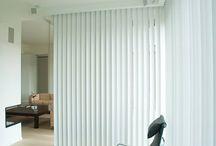 Verticale lamellen / De op maat gemaakte verticale lamellen of reepgordijnen van Louverdrape combineren feilloos functionaliteit, esthetiek en kwaliteit.