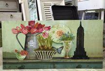 Obrazki w stylu prowansalskim / Obrazki w stylu prowansalskim to wyjątkowe dekoracje na ścianę z motywem kwiatów w różnych naczyniach. Wprowadzają do domów typową francuską delikatność i elegancje. Pasujące do każdego wystroju wnętrz.