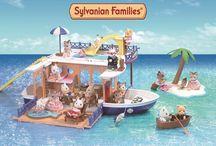 Les vacances au bord de mer / C'est l'année des vacances au bord de mer pour les Sylvanian Families, une grande première !  Ils bouclent leurs valises et c'est parti pour de nouvelles aventures en famille et entre amis dans un magnifique bateau de croisière.