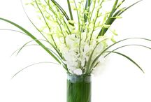 White and Green Flowers / This board features one of our favorite combos - white and green flowers! A classic combination of colors that still manages to be modern.