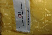 Vestido Carolina Herrera / CAROLINA HERRERA Espectacular vestido en tonos amarillos Tela bordada con motivo de flores Forrado hasta el talle Media manga Falda abullonada con pliegues Adornado con una cinta a modo de cinturón Cremallera posterior