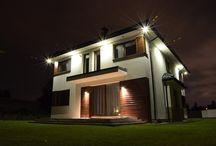 Projekt domu Helios / Projekt domu Helios to uroczy piętrowy domek dla cztero-pięcioosobowej rodziny. Jest to propozycja dla Inwestorów lubiących nowoczesną architekturę, którzy nie rezygnują z funkcjonalności i komfortu swojego domu. Piętrowa bryła budynku została przekryta czterospadowym dachem, a wbudowany częściowo garaż zwieńczono dachem płaskim. Dobrze dobrane detale architektoniczne, ciekawie rozmieszczone okna, drewniane i ceglane okładziny na ścianach - wszystko to tworzy atrakcyjny wygląd zewnętrzny domu.