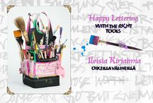 Happy Lettering with the Right Tools -book / What is inside? Customize your Tools, Ruling Pens (small, regular, princess,angle ruling pen), Automatic Pens, Suede Pens, Making a Can Pen and having fun :) And pages of examples of her work to inspire you! Where to buy? from Europe:http://calligraphity.com/store/product963.html & USA:http://www.johnnealbooks.com/prod_detail_list/s?keyword=happy+lettering+with+the+right+tools