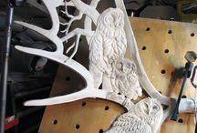 Moose_antler_carvings / Utskjæringer i elggevir er en voksende kunstform spesielt i Russland, USA, Canada og Alaska. Jeg er helt betatt av denne måten å prege villmark på. Jeg finner stadig nye utrolige kunstverk og alle havner her.