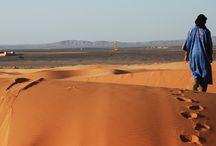 Marocco / Paesaggi sconfinati che sfumano dalle pianure alle montagne, dalle praterie alle gole di roccia rossa, arrivando fino al deserto o alle coste bagnate dall'oceano. Orizzonti senza fine, profumi speziati e colori caldi, sorrisi e sguardi penetranti...