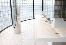 Espace public / Résine de synthèse V-korr Creative Surface en application dans l'espace public : bancs, vasques, banques d'accueil d'aéroports ...