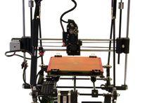 SDM 3D1 / Stampante 3D1 montata con struttura in ABS, barre in acciaio, alberi temperati rettificati, cuscinetti a sfera in acciao, viti e dadi in acciao. Risoluzione di stampa variabile tra 0,1mm e 0,35mm. Velocità di stampa fino a 180mm/s. Tecnologia di stampa di tipo FDM. Piano riscaldato. 5 motori passo passo. Unico estrusore con alimentazione diretta del filamento. MicroSD, Software e manuale d'uso.