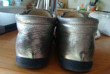 """kasa wyrzucona  w bloto / Chce wam pokazac jak wygladaja buty #mrugała srebrne kotki po miesiecznym, sporadycznym użytkowaniu. Producent twierdzi ze buty """"były intensywnie eksploatowane, np. na placu zabaw"""" NIesamowite, nie wolno chodzić w butach."""