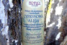 Perfumy do pomieszczeń i samochodu / Zobacz oferowane przez nas perfumy do pomieszczeń i samochodu. Kupić je można w naszym sklepie: www.aromatowo.pl