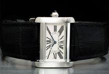 """Cartier Le Must /  A partire dal 1906 con l'orologio Tonneau, proseguendo con le """"Pendole misteriose"""" e l'orologio Tortue del 1912, il Tank del 1919, il Baignoire del 1957, il Tank Must nel 1977, il Santos acciaio e oro l'anno successivo, fino ad arrivare..."""