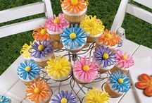 CUPCAKES!!! / Flower cupcakes..several different options! / by Genelle Betts