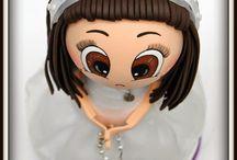 Fofucha Niña de Comunión Maite / Esta es nuestra fofucha de comunión Maite. Lleva un vestido en tela de organza con lorzas hecho a mano, sobre una base hecha en gomaeva. En la cabeza, una diadema de topitos también hecha de organza y gomaeva y en los pies unos zapatos con cinta de perlitas. ¡Esperamos que os guste!