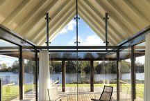Woonhuis in Friesland / Deze recreatiewoning is rondom voorzien van het Keller minimal windows schuifpui systeem. Door de grote schuifpuien ontstaat er een mooie overgang tussen binnen en buiten.