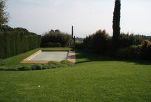 Colocación de tarima de madera en la piscina de un jardín