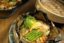 Азиатская лапша / В Сингапуре из обычной рисовой лапши в воке могут сделать что угодно - и хрустящие клубки, и традиционную мешанину с овощами и уткой, и куриный суп.