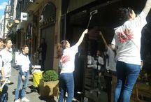 Opération Lèche-Vitrines Kärcher / Samedi 5 avril 2014 deux équipes de bonnes copines équipées de leur nettoyeur vitres Kärcher ont arpenté les rues du quartier de Montorgueil pour nettoyer les vitrines des commerces qui se sont prêtés au jeu. Elles étaient facilement identifiables avec un T-shirt aux couleurs de l'événement et beaucoup beaucoup d'éclats de rire ! Comme si faire le ménage était d'un coup bien plus ludique !  Pour en savoir plus : http://www.mesbonnescopines.com/retours-nettoyeurvitrekarcher