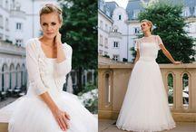 Schlichte Brautkleider – elegant zeitlose Kombinationswunder / Wir haben ein Faible für zeitlos elegante, schlichte Brautkleider, die dir erlauben, nach Lust und Laune zu kombinieren und DEINEN Brautlook und Modetrend selbst zu bestimmen! Denn so fühlst du dich an deinem großen Tag nicht verkleidet und hast die besten Voraussetzungen, für ein unvergessliches, wunderschön rauschendes Hochzeitsfest!