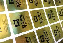 Gold Paper Stickers / 금색지로 유광, 무광이 있습니다. 두 종류 모두 종이류입니다. 물기와 습기에 취약합니다. 잘 찢어집니다. 두가지 모두 장단점이 있으므로 용도에 맞게 사용이 가능합니다.