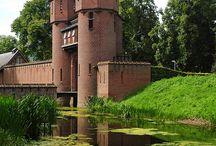 Castillos, puentes, construcciones en un entorno natural