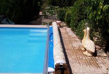 CAPCOVERS. Cubierta Benchmount Toptrack / Cubiertas para cualquier tipo y forma de piscina.  Los raíles y el mecanismo van sobre el coronamiento de la piscina. El motor y el enrollador se pueden ocultar bajo un banco de material resistente al exterior. Es una ventaja para piscinas ya construidas a las que se quiera alargar su periodo de baños y evitar su deterioro.