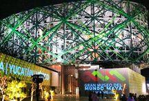 Gran Museo del Mundo Maya / El Gran Museo del Mundo Maya espacio museístico con el que cuenta Mérida para promover su cultura. La Sala de Usos Múltiples, de 212 m² con capacidad para 150 personas. En estas salas se pueden realizar presentaciones de libros, inauguraciones, juntas, cursos y capacitaciones.  La sala MAYAMAX para 350 personas, dispone de un proyector de 35 milímetros, proyector de 4K para 3D, High Definition, DVD y Satelital, un proyector audiovisual de 20,000 lumens.  http://www.granmuseodelmundomaya.com/v1/
