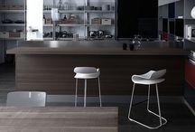 Kristalia / Se si pensa a Kristalia viene subito in mente l'unicità e la riconoscibilità dei suoi tavoli, delle sue sedie e dei complementi d'arredo dal design minimale ma mai scontato, estremamente moderno e contemporaneo.