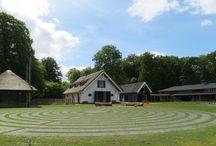 """Labyrint / """"We hoeven de weg naar God niet meer te zoeken.  We hoeven maar op te staan en te gaan lopen."""" (Augustinus) Op ons terrein tussen het stiltehuisje en de boerderij ligt een groot labyrint, gemaakt volgens het model van Chartres.  Op dit bord foto's van ons labyrint en labyrinten van overal ter wereld."""