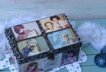 Cajas con foto / En Salvarecuerdos, puedes inmortalizar tus fotos grabandolas en cajas de madera. Y decorarlas a tu gusto. Con detalles como nombres, fechas, frases, dedicatorias, hasta tu propia letra o dibujos.