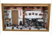 Diorama Oficina Moto Ducatti 1100 SEM Iluminação / Oficina moto DUCATI MONSTER 1100 44,5 L x 14 P x 25 H Diorama em madeira reciclada encerada, escala 1/12, peças novas de plastimodelismo, recicladas de brinquedos, lapis, borracha, parafusos, aparelhos eletrônicos, relógios, bijouterias, madeira balsa e biscuit Criação e impressão digital para quadros, papel de parede, livros, jornal, rótulos e piso, fazem parte da elaboração interna. Vidro frontal removível.