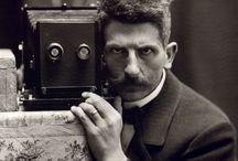 Fred Boissonnas / Ο Μπουασονά ήταν έπιτυχημένος φωτογράφος προτού ακόμη ανακαλύψει την Ελλάδα.Γεννημένος στη Γενεύη,κληρονόμησε το φωτογραφικό εργαστήριο του πατέρα του το 1888.Με το αδερφό του Εντμόν Βικτόρ εφήυραν την ορθοχρωματική πλάκα,το 1900 εισάγοντας την χρήση τηλεφακού πέτυχε την αποτύπωση του Λευκού Όρους ξεχωρίζοντας για πρώτη φορά στην ιστορία της φωτογραφίας το μπλε από το άσπρο στο φάσμα του φωτός.Τρία χρόνια αργότερα ταξίδεψε στην Ελλάδα ΄΄έρωτας με την πρώτη ματιά΄΄-