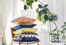 Marimekko / Seit den 60er- Jahren lässt sich der typische Marimekko Stil auf den ersten Blick direkt wiedererkennen: eine wahre Farbexplosion und ein gewagter Stil, ein Universum voller Farben, in dem die Lebensfreude entbrennt. Im Jahr 1951 gegründet, kennzeichnet sich die bekannte finnländische Marke bereits seit Beginn durch klare und deutliche Ästhetik. Heute ist sie in der internationalen Welt des Designs und der Mode zu einem wahren Vorreiter geworden!