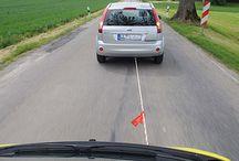 Samochody dostawcze - co trzeba mieć w samochodzie / Każdy samochód, bez znaczenia czy to osobowy, dostawczy czy jeszcze jakiś inny, powinien być wyposażony w obowiązkowe rzeczy jak linka holownicza, koło zapasowe i narzędzia umożliwiające wymianę, gaśnicę oraz kamizelkę odblaskową wraz z trójkątem ostrzegawczym. Dodatkową powinnością jest apteczka. Zapraszamy do naszej wypożyczalni samochodów dostawczych w Warszawie - Bziuk.