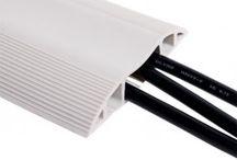 Rubberen Vloergoten / Rubberen vloergoot, vooralsnog hebben wij alleen vloergoten of kabelbruggen zoals een vloergoot ook wel genoemd wordt van 1,5 meter en 3.0 meter die alleen geschikt zijn voor gebruik op kantoor of bijvoorbeeld binnen een school. www.kabelsenmeer.nl