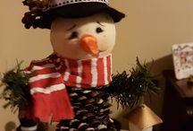 Snowman con piña de pino / Piña de pino, con cabeza de telgopor o unicel forrada con tela,