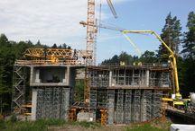 Budowa mostu MS-30.1 w ciągu S7 metodą nawisową / Do realizacji obiektu firma ULMA Construccion Polska S.A. zaprojektowała wózki formowania nawisowego CVS. Są to przejezdne konstrukcje stalowe, do których podwiesza się deskowanie dźwigara. Po zabetonowaniu i sprężeniu danego segmentu następuje jego rozszalowanie i przetoczenie wózka przy pomocy urządzeń hydraulicznych. Docelowo przy budowie obiektu pracować będzie jednocześnie 8 wózków CVS.