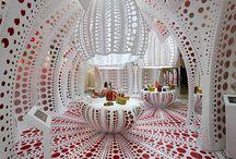 Kusama, Yayoi / Yayoi Kusama is een Japanse beeldhouwer en installatiekunstenaar. Geboren: 22 maart 1929 (85 jaar), Matsumoto, Nagano, Japan Perioden: Hedendaagse kunst, Popart, Minimal art