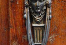 Come knock at my Door! / The artistic world of door knockers.