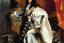 "L'État, c'est moi! / Στις 7 Ιουνίου 1654 ο Λουδοβίκος ΙΔ΄ στέφθηκε βασιλιάς της Γαλλίας. Η ουσιαστική όμως διακυβέρνηση της χώρας άρχισε το 1661. Ο Λουδοβίκος τότε ήταν 22 ετών. Λέγεται ότι είπε την περίφημη φράση: ""Το κράτος, είμαι εγώ"" (L'État, c'est moi). Ύψωσε τον βασιλικό θεσμό πάνω από τους νόμους και αποτελεί τον χαρακτηριστικότερο εκπρόσωπο της απολυταρχίας όχι μόνο του 17ου αιώνα, αλλά και όλου του κόσμου."