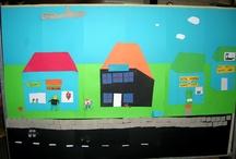 Storyline: Butikkerne i byen / I 2005 laver Isbjørnene story-line omkring butikslivet i en by. Det bliver til flere forskellige butikker og mange fortælllinger om livet i byen