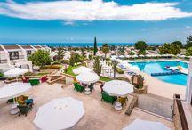 The Olive Tree Hotel Kıbrıs / Açık yüzme havuzu ve ısıtmalı bir kapalı havuz sunan Olive Tree Hotel, Girne'nin Çatalköy bölgesinde yer almaktadır. Konuklar, tenis kortları, spor salonu, sauna ve konsiyerj hizmetlerinden yararlanabilir. Ortak alanlarda Wi-Fi erişimi ücretsizdir. Plaja ve Girne şehir merkezine ücretsiz ulaşım servisi sağlanmaktadır.Olive Tree Hotel'in şık bir şekilde dekore edilmiş 5 yıldızlı konuk odaları balkona ve bahçe manzarasına sahiptir.