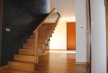 Schody Dębowe Dywanowe Proste / Schody dywanowe to doskonały wybór dla osób, które cenią sobie minimalizm zawierający prostą i oszczędną formę. Ten rodzaj schodów idealnie nadaje się do nowoczesnych wnętrz zapewniając jednocześnie bezpieczeństwo osób je użytkujących. Względnie prosta budowa schodów dywanowych powoduje, że przypominają dywan spływający po niewidocznych stopniach - stąd ich potoczna nazwa.